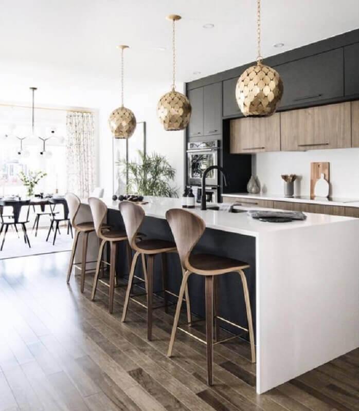Banqueta alta para ilha de cozinha grande decorada com armário preto Foto LD Shoppe