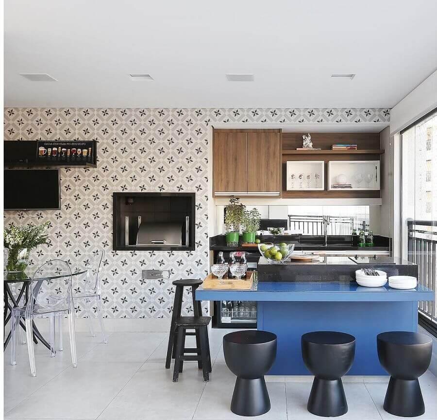 Banqueta baixa para decoração de apartamento com varanda gourmet grande e moderna Foto Triarq Arq.
