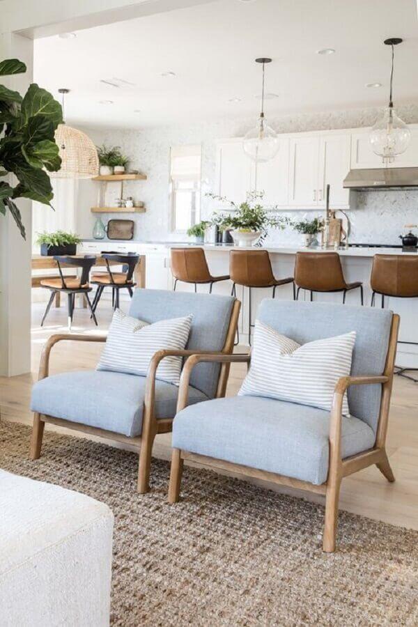 Banqueta de couro para decoração de cozinha aberta com ilha e sala integrada Foto Pure Salt Interiors