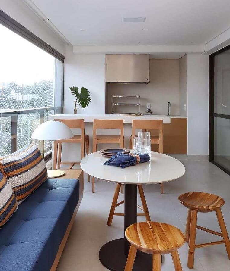 Banqueta de madeira para decoração de apartamento com varanda gourmet planejada Foto Pinterest