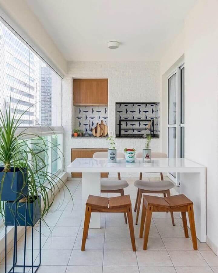 Banqueta de madeira para decoração de apartamento com varanda gourmet toda branca Foto Jeito de Casa