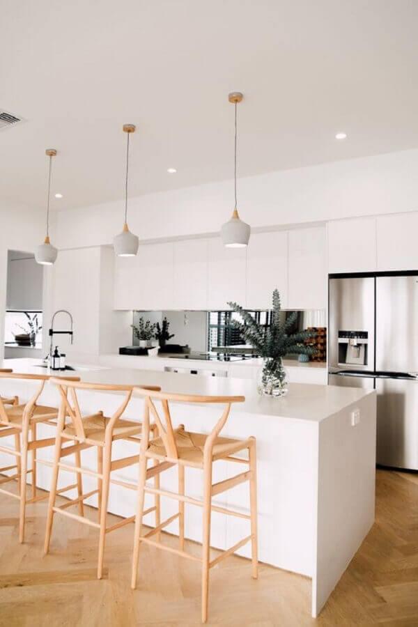 Banqueta de madeira para decoração de cozinha aberta com ilha branca Foto Abidei Interiors