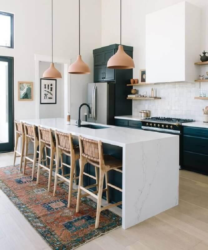 Banqueta de madeira para decoração de cozinha aberta com ilha branca e preta Foto Loom + Kiln
