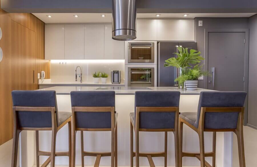 Banqueta estofada para decoração de cozinha aberta com ilha Foto Altera Arquitetura