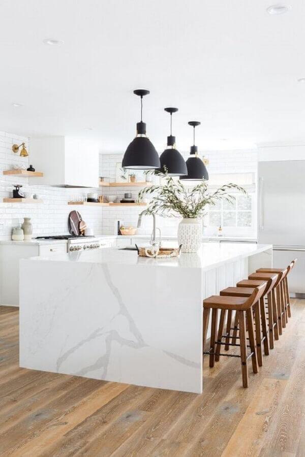 Banqueta para ilha de cozinha branca decorada com luminária preta Foto LD Shoppe