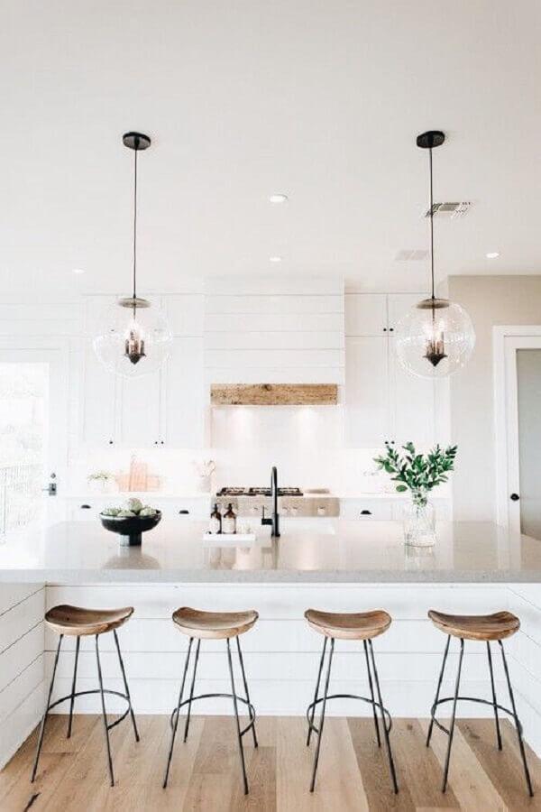 Banqueta para ilha de cozinha branca decorada com luminária redonda de vidro Foto Decoholic
