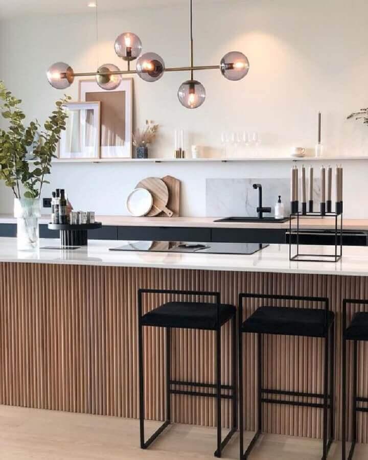 Banqueta para ilha de cozinha decorada com painel ripado Foto Modest Hut