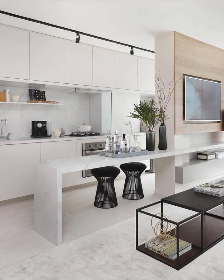 Banqueta puff preta moderna para decoração de sala de TV integrada com cozinha americana Foto Lar Doce Casa