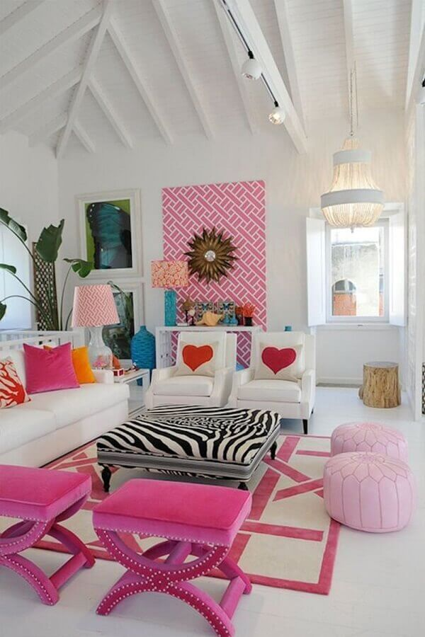 Banqueta puff rosa para decoração de sala branca com detalhes coloridos Foto Pinterest