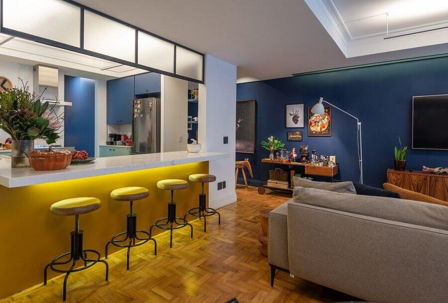 Banquetas de couro para decoração de cozinha aberta com sala de TV Foto Batistelli Arquitetura e Design