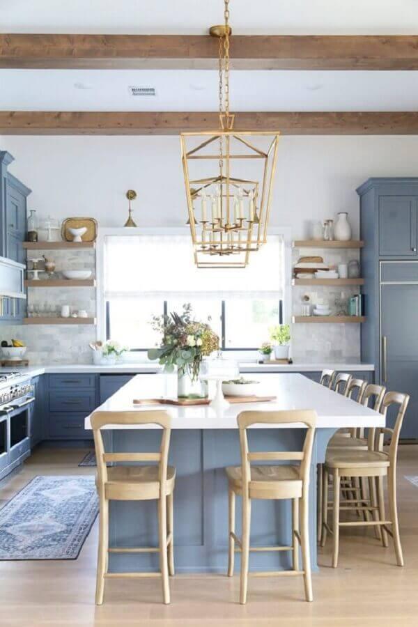 Banquetas para ilha de cozinha azul e branca decorada com estilo clássico Foto CC + Mike