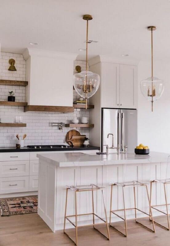 Banquetas para ilha de cozinha branca decorada com estilo clássico Foto Decoholic