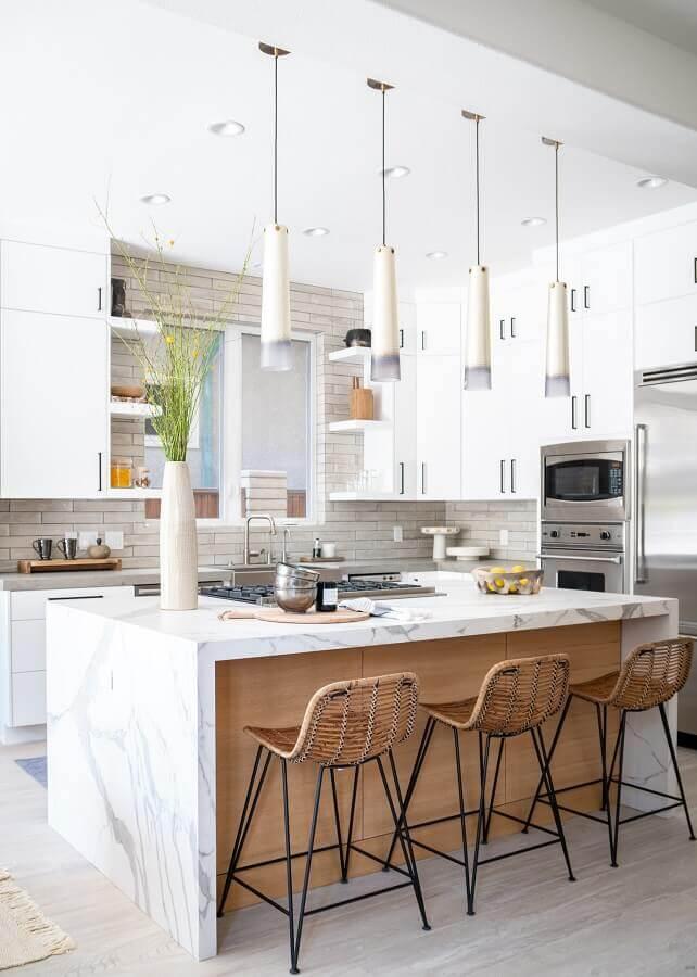 Banquetas para ilha de cozinha branca decorada com móveis planejados Foto Native Trails