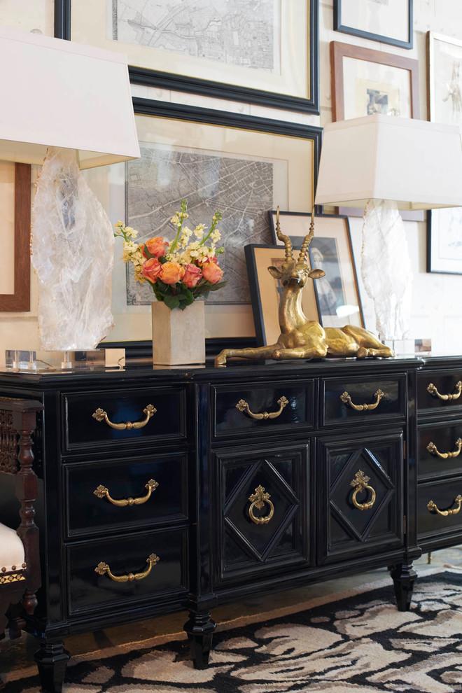 Buffet vintage preto com puxadores dourados e abajur branco