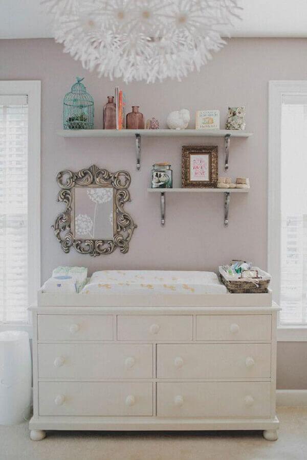 Cômoda branca baixa com trocador para decoração de quarto de bebê em cores claras Foto Pinterest