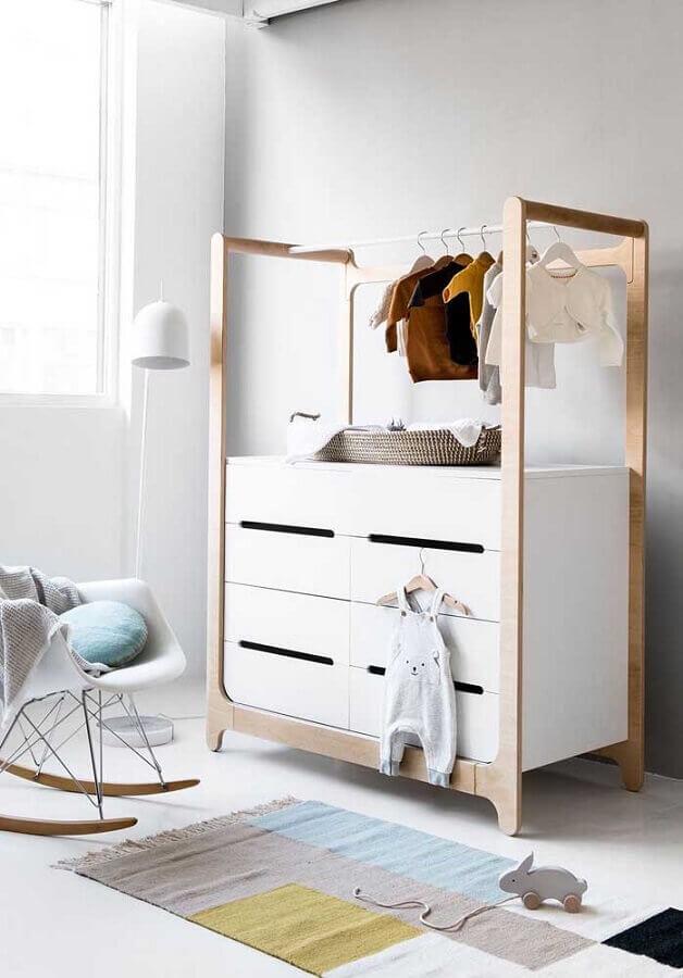 Cômoda branca com cabideiro para decoração de quarto de bebê Foto Pinterest