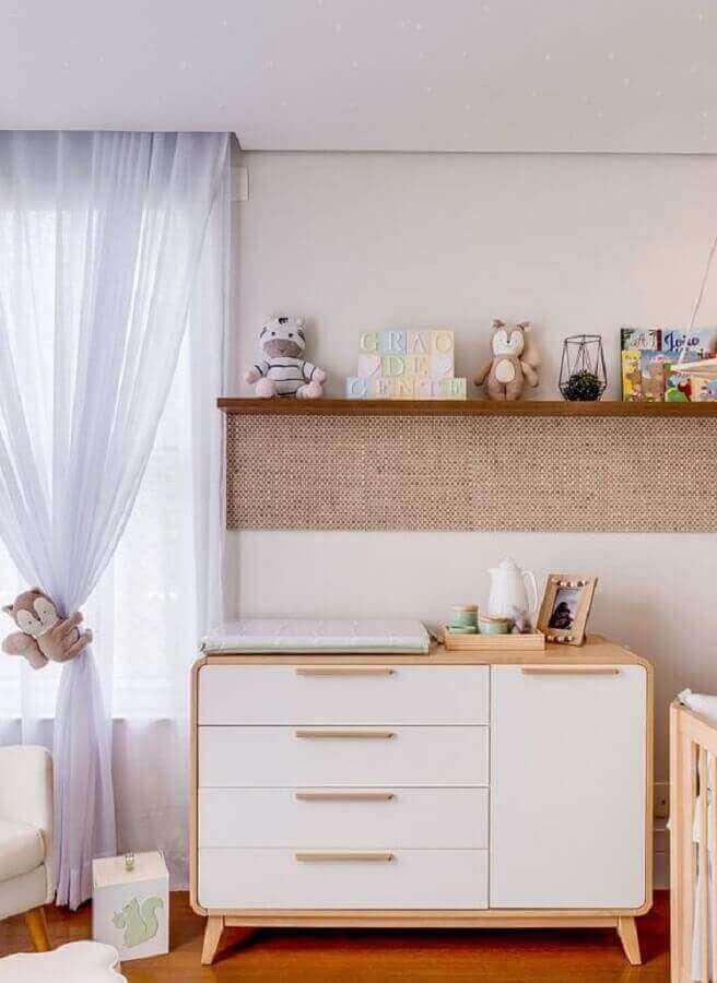 Cômoda branca com madeira retrô para decoração de quarto de bebê Foto Grão de Gente
