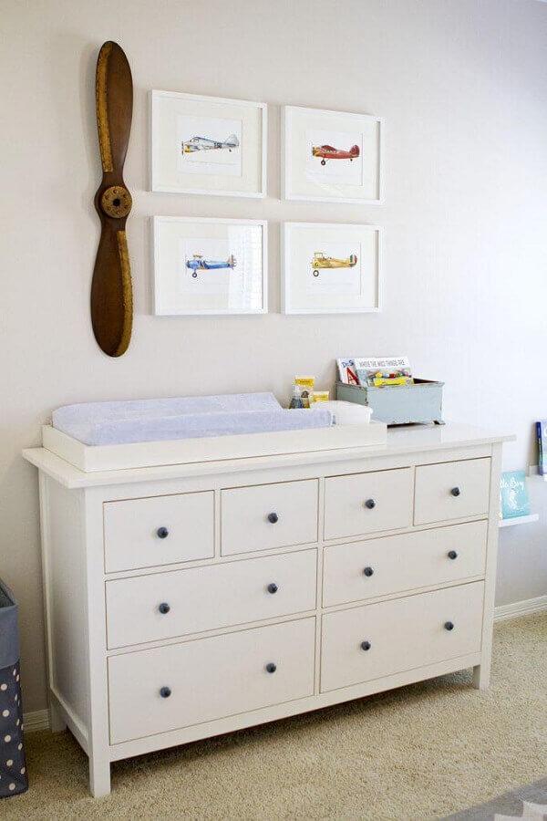 Cômoda branca com trocador para decoração de quarto de bebê Foto Home Fashion Trend