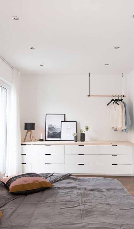 Cômoda branca grande para quarto de casal minimalista decorado com cabideiro de teto Foto Pinterest