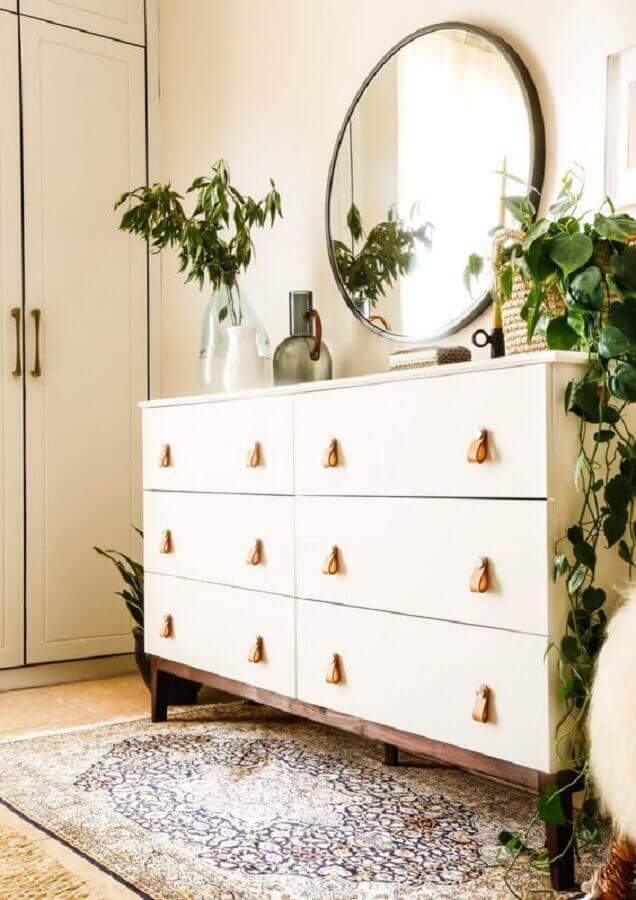 Cômoda branca para decoração de quarto com vasos de plantas e espelho redondo Foto Boho Deco Chic