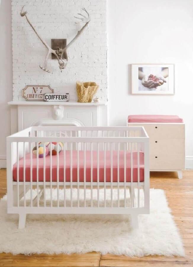 Cômoda branca para quarto de bebê branco e rosa decorado com tapete felpudo Foto Histórias de Casa