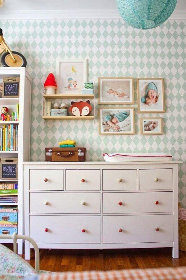 Cômoda branca para quarto de bebê com decoração simples Foto Apartment Therapy