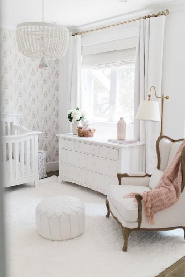 Cômoda branca para quarto de bebê decorado com poltrona provençal e lustre redondo Foto Ali Manno
