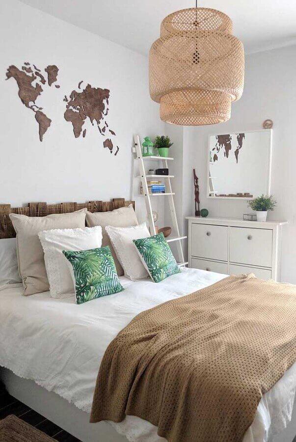 Cômoda branca para quarto de casal decorado com lustre rústico e cabeceira de madeira Foto Pinterest