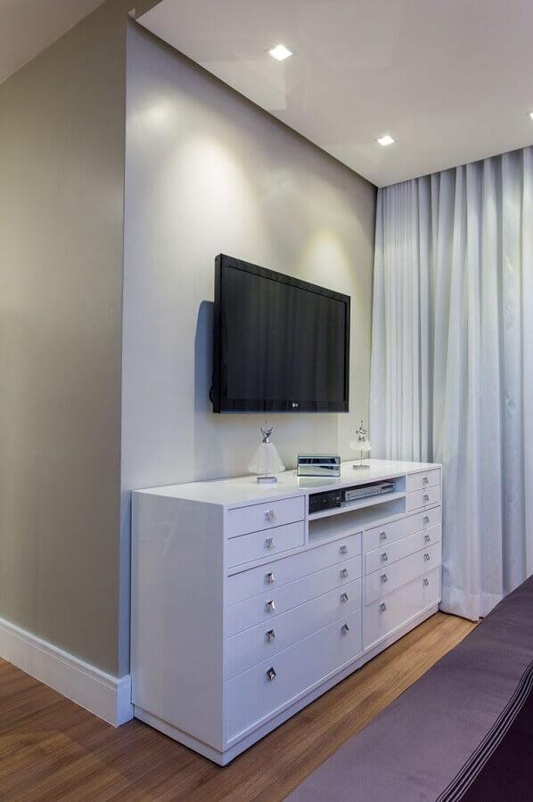 Cômoda branca para quarto decorado em cores claras com TV na parede Foto Bruno Sgrillo