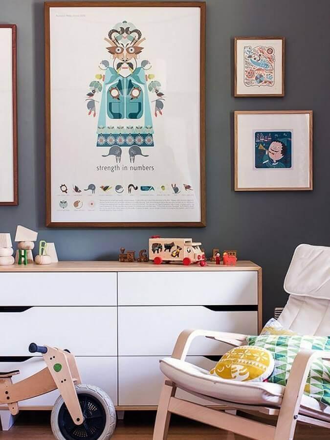 Cômoda branca para quarto infantil decorado com quadros para parede cinza Foto Home Fashion Trend