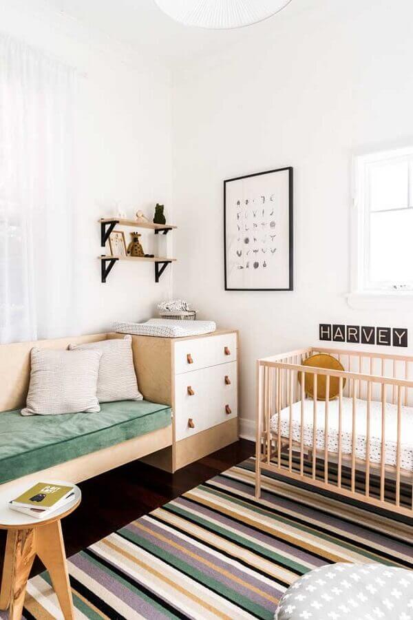 Cômoda branca pequena e tapete listrado para decoração de quarto de bebê simples Foto House Nerd