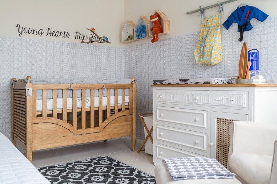 Cômoda de bebê branca para decoração de quarto com papel de parede 3D e berço de madeira Foto NaToca Design