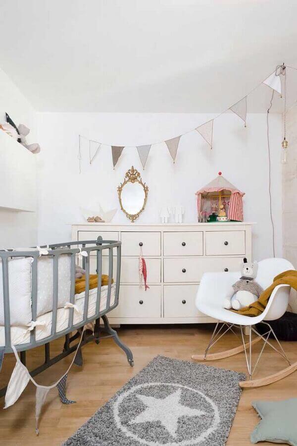Cômoda de bebê branca para decoração de quarto simples com varal de bandeirinhas Foto Jeito de Casa