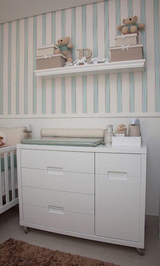 Cômoda de bebê branca para quarto decorado com papel de parede listrado Foto Pinterest