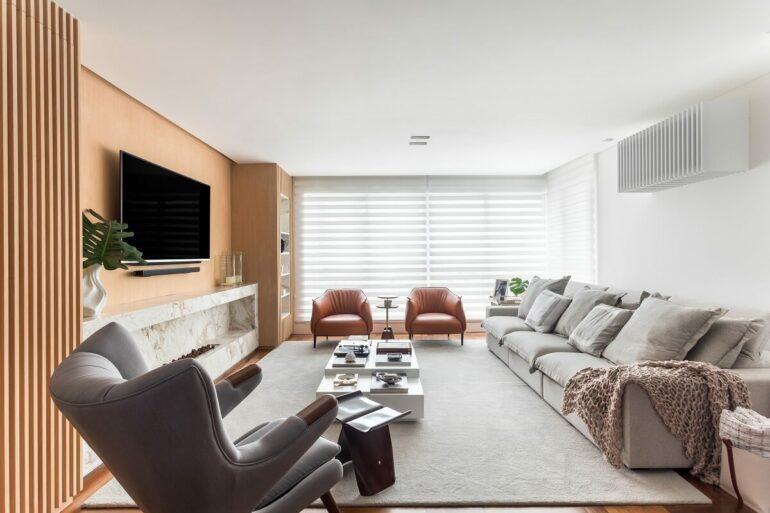 As cadeiras em couro conhaque trazem ainda mais personalidade para a decoração da sala de estar. Foto: Eduardo Macarios