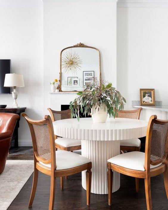 Cadeira de palha e madeira para sala com mesa de jantar branca redonda