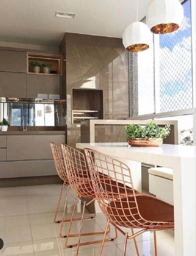 Cadeira rose gold para decoração de apartamento com varanda gourmet e churrasqueira Foto Jeito de Casa