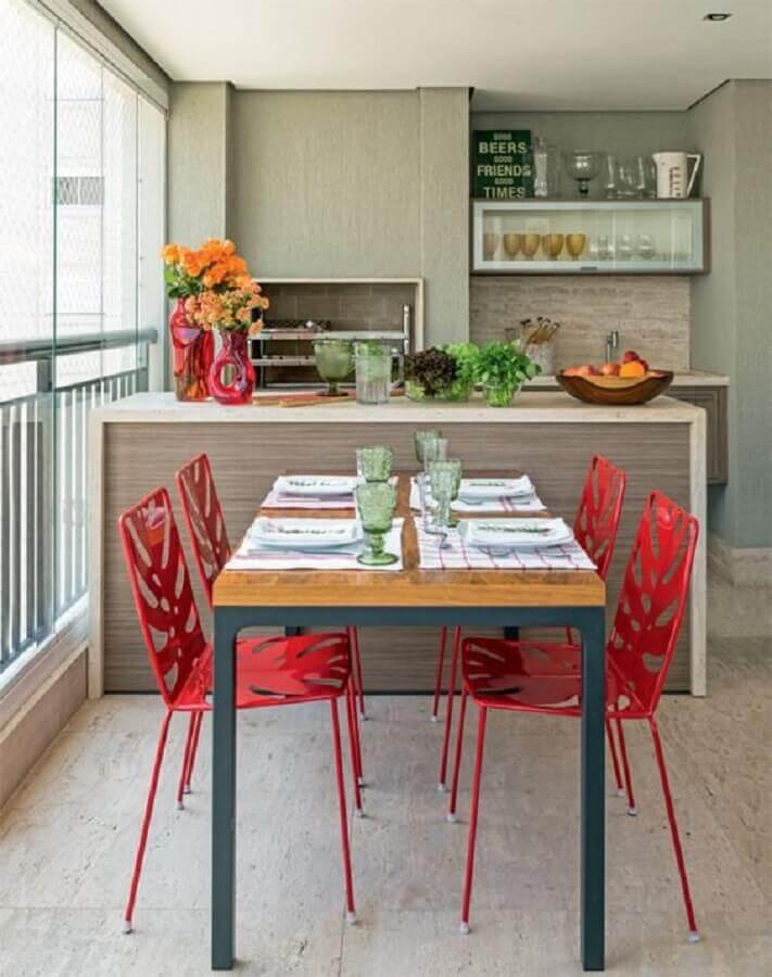 Cadeira vermelha para decoração de varanda gourmet para apartamento pequeno Foto Pinterest