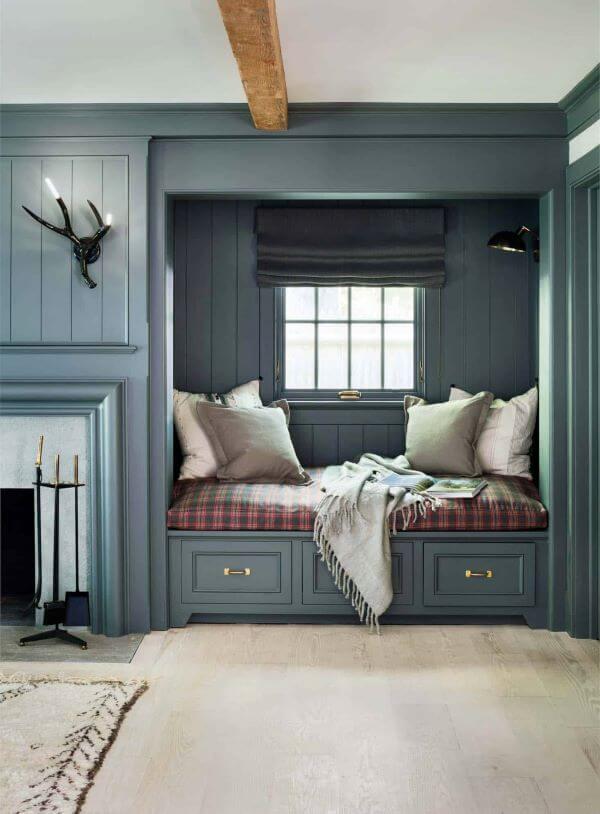 Cantinho da leitura aconchegante na sala de estar com almofadas grandes