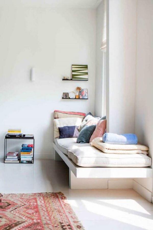 Cantinho da leitura com almofada futon grande e almofadas coloridas