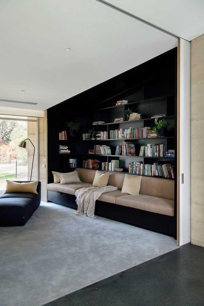 Cantinho de leitura com estante de canto e sofá confortável