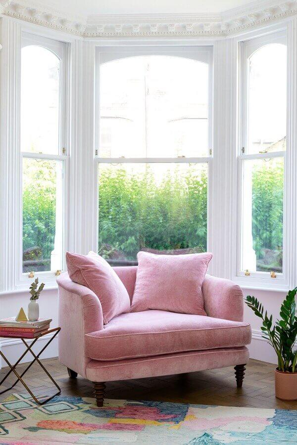 Cantinho de leitura decorado com poltrona confortável rosa Foto Fashionismo