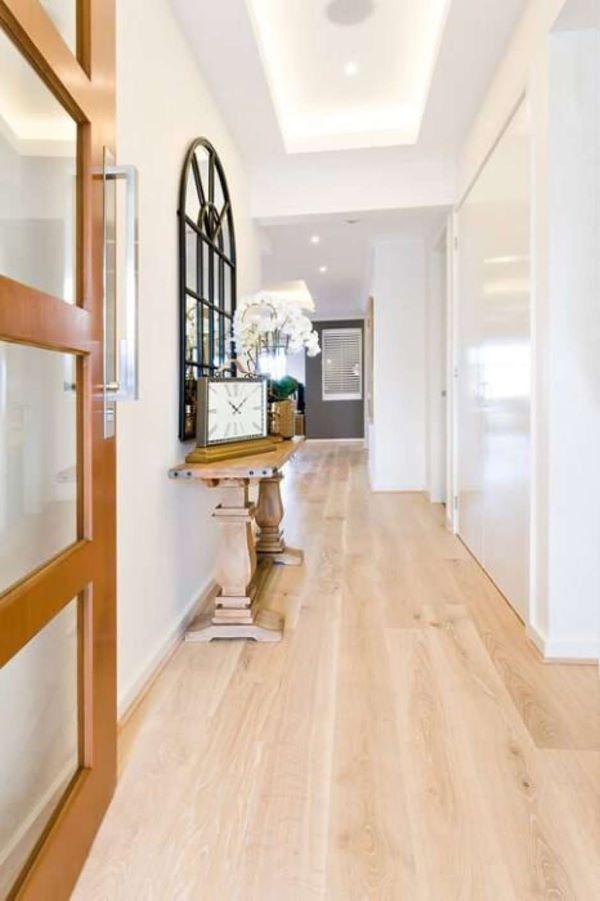 Carpete de madeira em tons claros para sala de estar ampla