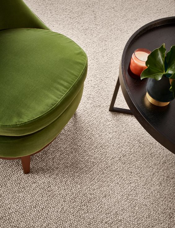 Carpete para sala com poltrona verde e mesa preta