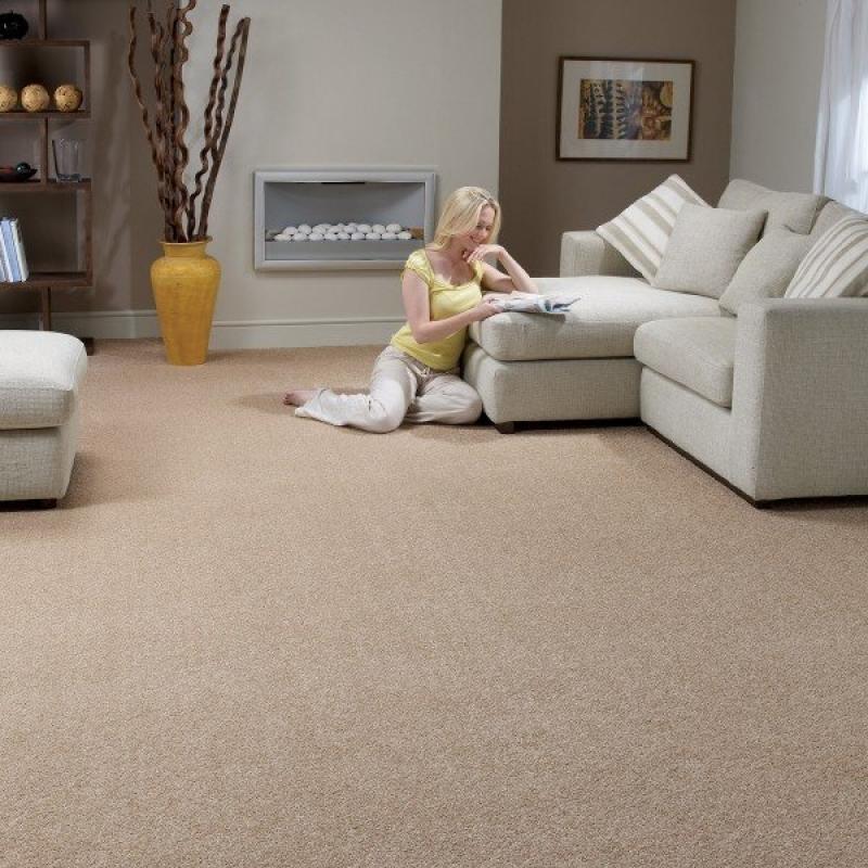 Carpete para sala moderna com sofa bege e lareira