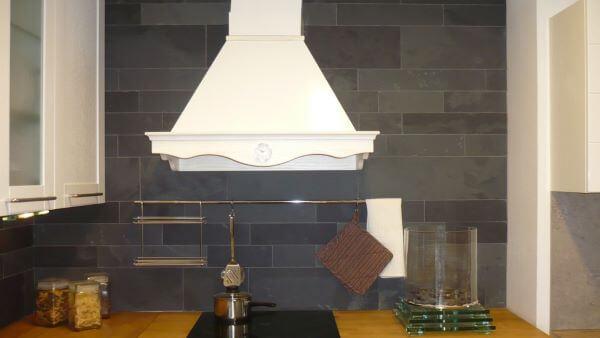 Casa com ardósia preta na parede da cozinha moderna