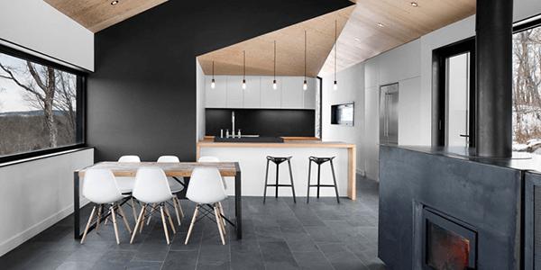 Casa com ardósia preta no piso e revestimento da parede