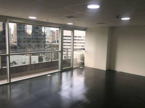 Casa com ardósia preta no piso elevado