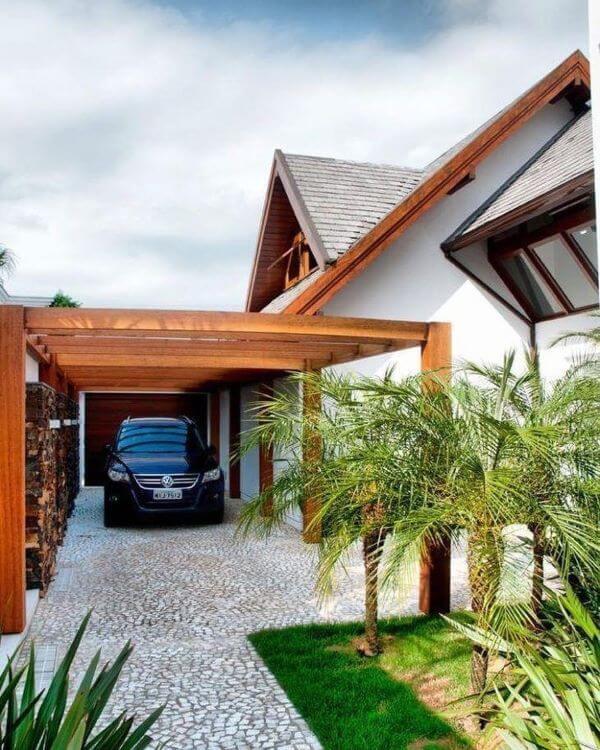 Casa com cerâmica para garagem coberta por pergolado de madeira