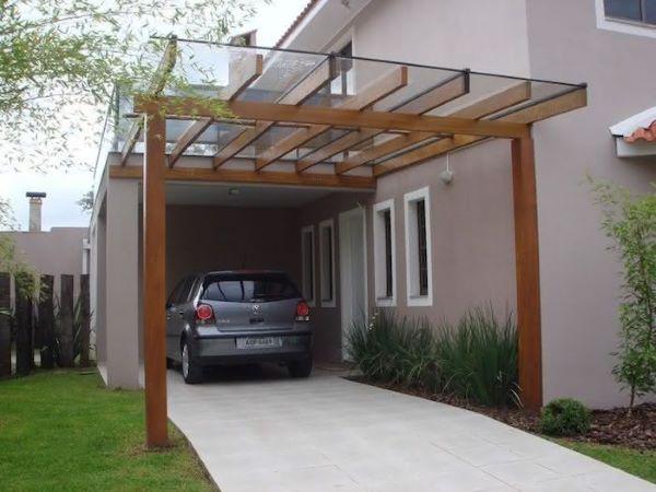 Casa com cerâmica para garagem e pergolado de vidro para proteger o automóvel